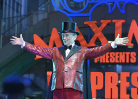 Oscar and Tony Award-winner Joel Grey casts an enchanting spell on SYFY'S WAREHOUSE 13 this Monday, May 20 at 10pm